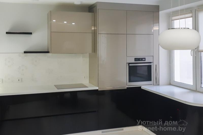 П-образная кухня из акрила в цвете черный металлик и кубанит