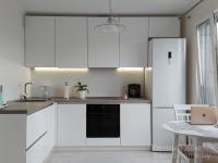 Угловая белая кухня Интегро из крашеного МДФ без ручек