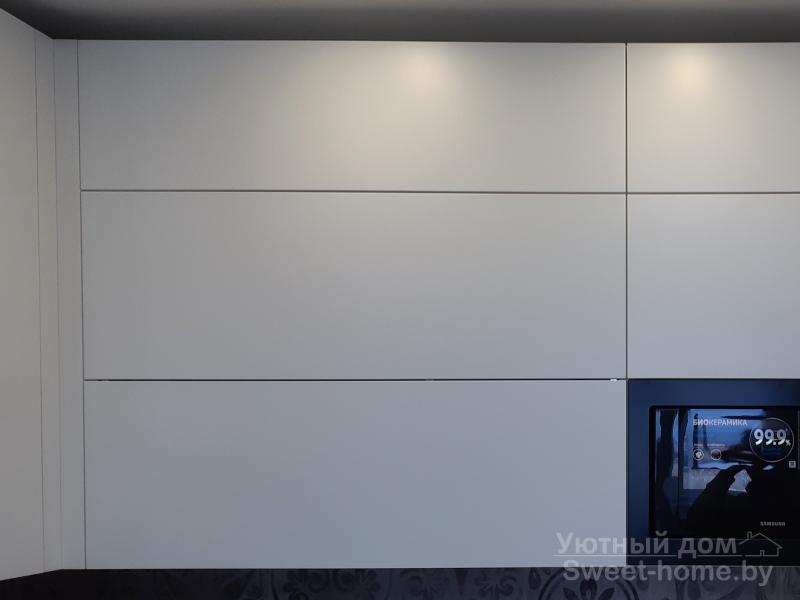 П-образная белая кухня ТопЛайн из крашеного МДФ с интегрированными ручками