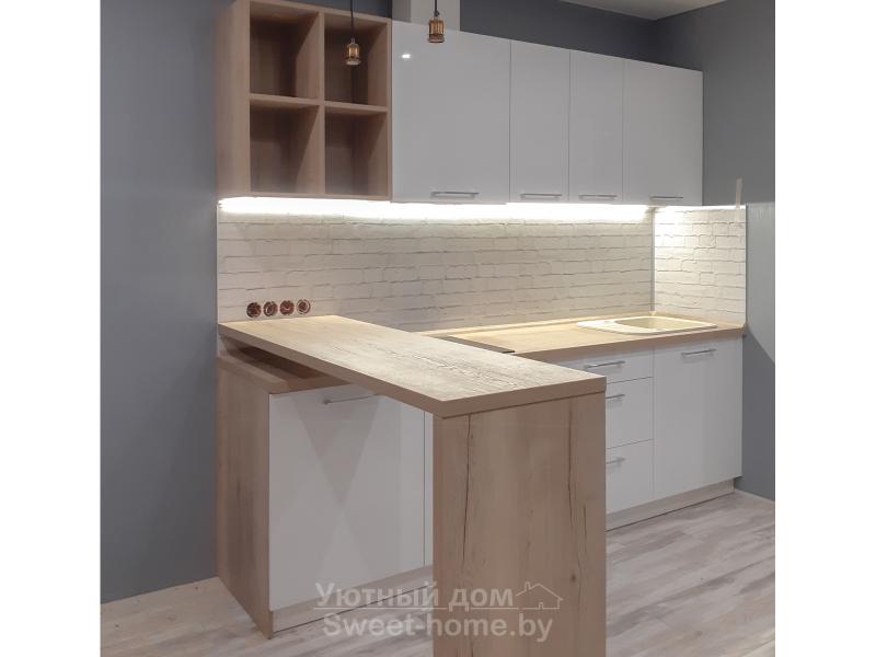 Белая кухня Квадро из пластика со столешницей и барной стойкой под дерево
