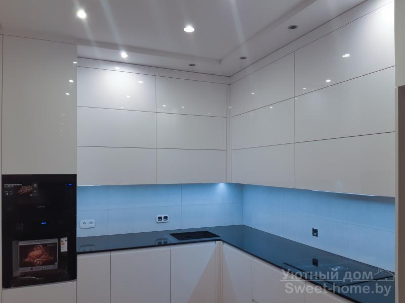 Угловая белая кухня ТопЛайн из глянцевого крашеного МДФ с интегрированными ручками